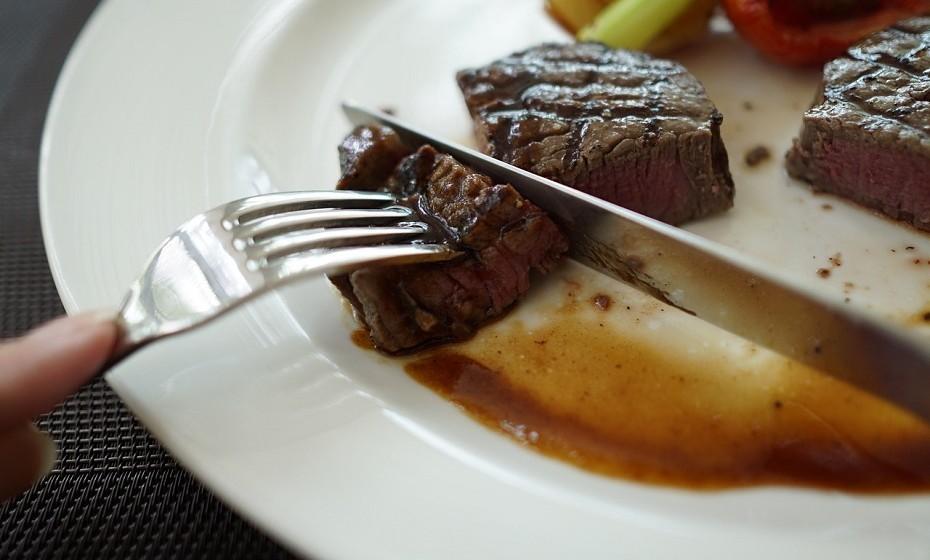 Evite carnes processadas, limite o consumo de carnes vermelhas e de comidas com alto teor de sal.