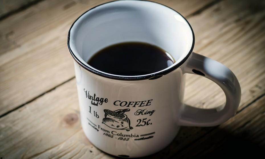 Evitar a cafeína é importante. Pode ser encontrada no café, no chá preto e em refrigerantes. Esta substância tem propriedades estimulantes que podem aumentar a irritabilidade durante a tensão pré-menstrual.