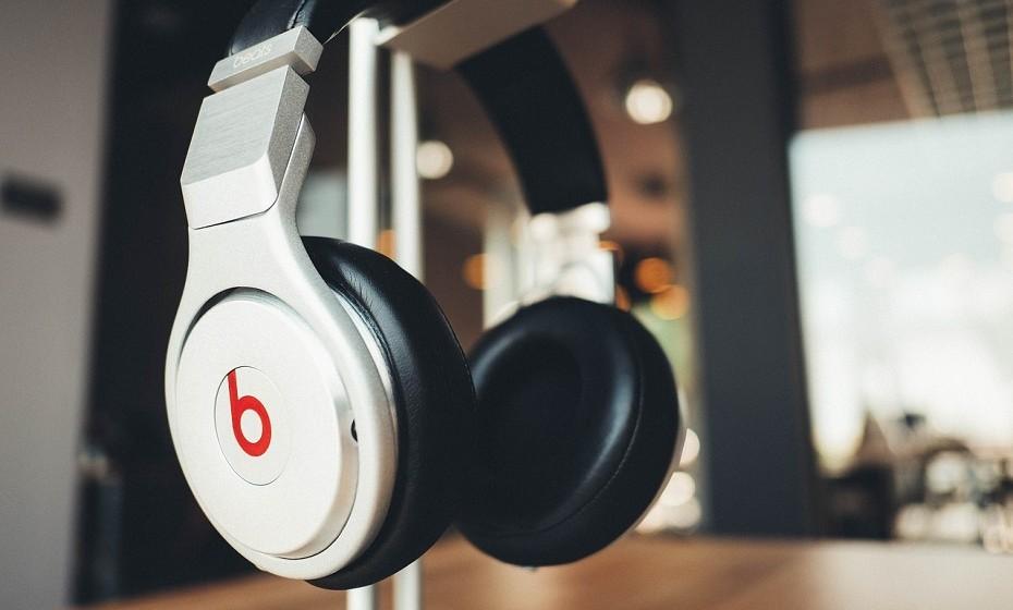 Ouça música com frequência. De preferência, música que a faça dançar pela casa toda e não daquela melancólica que a faz chorar as tristezas da vida. A música é um ótima companhia para trabalhar, para cozinhar ou para arrumar a casa.