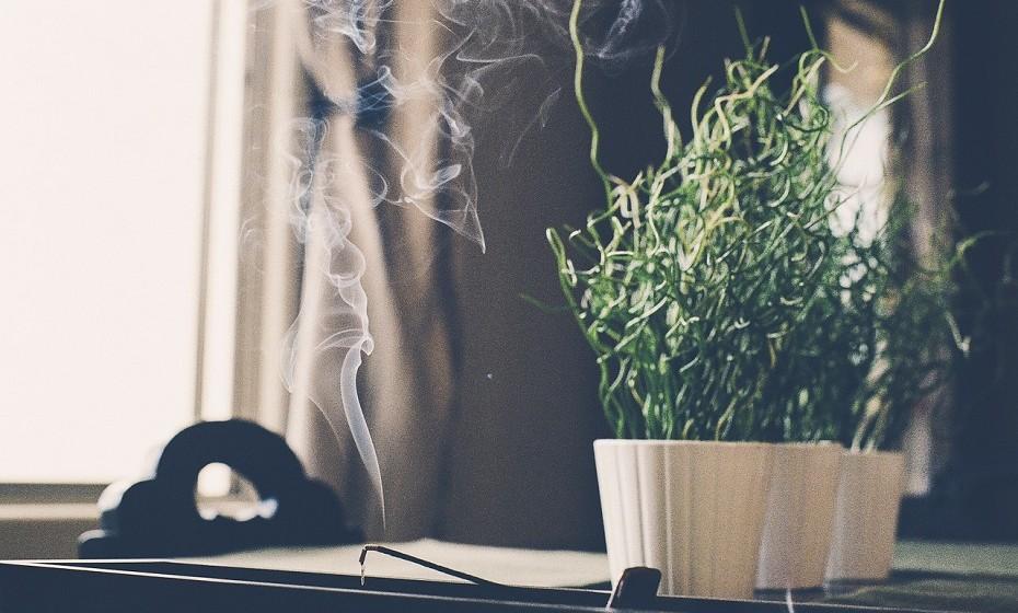 As casas têm tendência a reter a impressão energética daqueles que habitam no espaço. As melhores soluções para queimar as velhas e más energias são as seguintes: queimar palo santo, borrão branco com sálvia ou pulverização de óleo essencial de laranja natural com água.