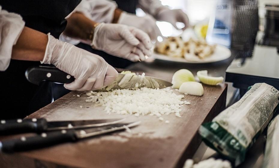 """O ano do trabalhador. No atual mercado de trabalho, os mandatos para impulsionar os salários mínimos resultam em altos e baixos da mão-de-obra. Os funcionários experientes exigem aumentos proporcionais e a contratação de trabalhadores qualificados é menor – o que dificulta a baixa dos preços nos menus. A tecnologia do """"fazer em casa"""" permite aos restaurantes fazerem mais com menos trabalhadores ou de nível inferior."""