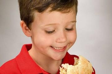 Mastigar devagar ajuda a prevenir a obesidade infantil
