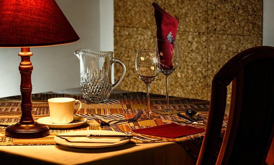 Esquecer o romance na mesa: É normal que, enquanto se descobrem, estejam também a descobrir qual o prato preferido do outro, a experimentar novas receitas, de forma empenhada, para o agradar. Mas quando a preguiça se instala, os jantares à luz de velas, com pratos extravagantes e música ambiente dão lugar a uma refeição rápida no sofá da sala. Pegue já no livro de receitas!