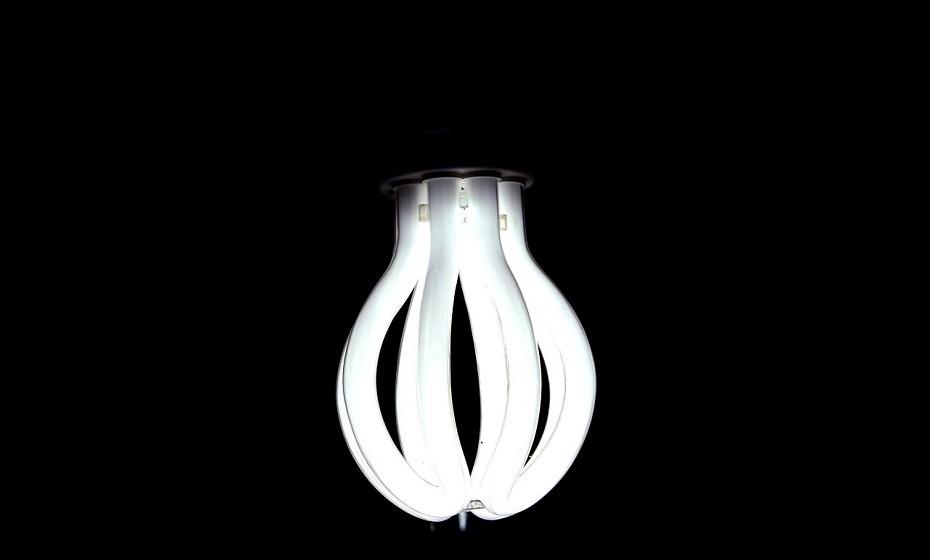 Substitua as lâmpadas tradicionais por lâmpadas económicas ou LED.