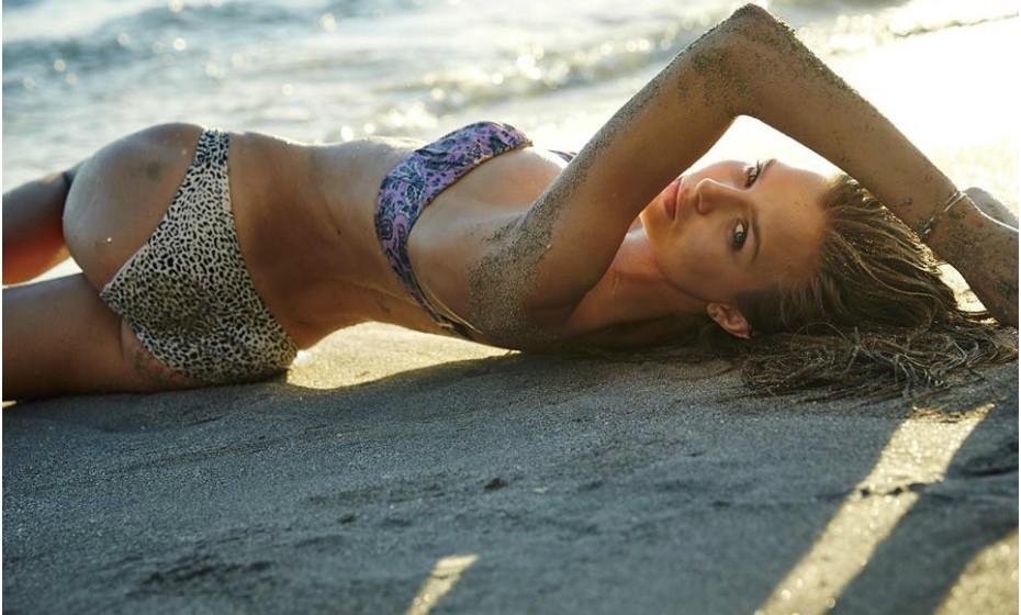 Protagonista do atual catálogo de biquínis da Victoria's Secret, Josephine Skriver assinou contrato com a famosa marca de lingerie.