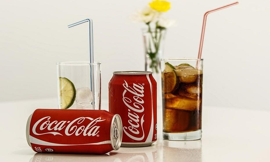 Elimine, o máximo possível, o açúcar da sua dieta. Evite consumir bebidas açucaradas pois as calorias liquidas não saciam tanto como as sólidas e dão a ilusão de que está a ingerir pouco açúcar.  Substitua por sumos naturais, são muito mais saudáveis.