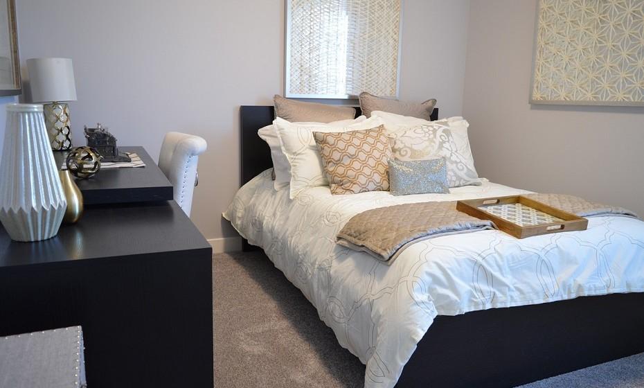 Esmere-se na decoração do quarto. Escolha cores suaves para o edredão e seja mais arrojada na escolha das almofadas. Quanto ao resto do quarto, mantenha tudo o mais sóbrio e minimal possível. O seu parceiro precisa de sentir que há espaço para ele naquela divisão.