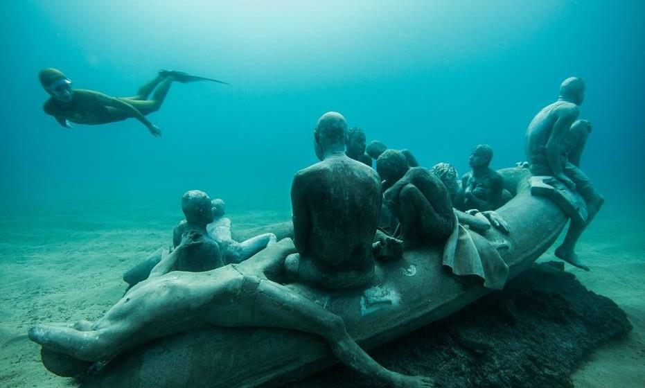 Desde 25 de fevereiro de 2016 que os visitantes das ilhas Canárias, Espanha, podem visitar aquele que é o primeiro museu subaquático da Europa. Da autoria do artista britânico Jason deCaires Taylor, o 'Museu Atlântico' retrata o drama dos refugiados que chegam à Europa.