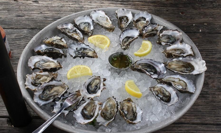 As ostras estão associadas ao amor e à fertilidade há centenas de anos. Contêm aminoácidos que estimulam a produção das hormonas sexuais. Acompanhe com um bom vinho tinto, a sua essência irá duplicar o cheiro das feromonas masculinas.