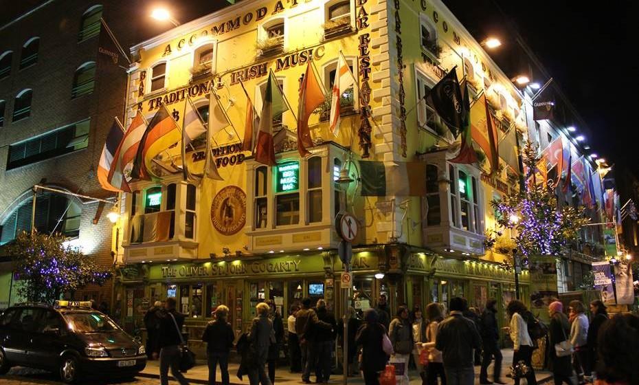 Dublin, Irlanda- Com uma história milenar, uma população orgulhosamente internacional e arquitetura contemporânea, é quase impossível não cair nos encantos paradoxais de Dublin. Pode realizar visitas guiadas pela metrópole que passam por calçadas minúsculas, antigas torres sineiras e mansões citadinas Georgianas onde residiram figuras históricas como Oscar Wilde, James Joyce e Bram Stoker. Passeie pelos muitos espaços verdes de Dublin, como o Phoenix Park com as suas majestosas manadas de cervos selvagens e acabe a noite num dos muitos pubs da cidade. Os Irlandeses são conhecidos mundialmente pela sua boa disposição e por isso não vai precisar de ir à procura de diversão em Dublin pois ela virá certamente ao seu encontro.