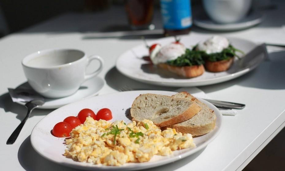 Ovos cozidos ou mexidos não devem ser reaquecidos, pois pode ser tóxico e causar estragos no sistema digestivo.