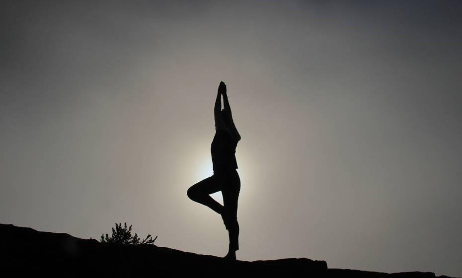 O Yoga, Tai Chi Chuan ou a meditação são algumas das práticas mais comuns para repor o vigor e encontrar o equilíbrio da mente. No entanto, vários terapeutas holísticos acreditam que o simples gesto de abraçar uma árvore traz novas energias.