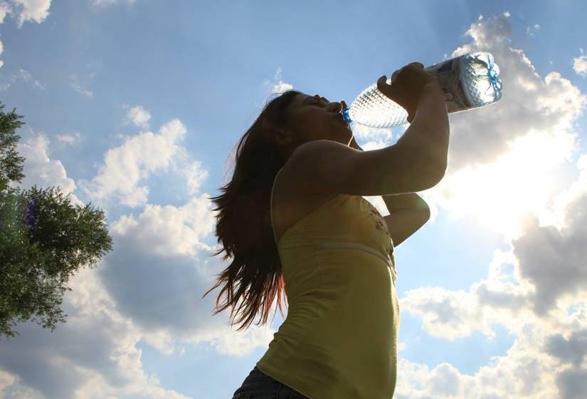 Hidratação - Ao beber água alcalina está a hidratar o seu corpo – o que é fundamental para manter ou recuperar um nível óptimo de hidratação e do estado de saúde. Durante o processo de ionização da água, o filtro da água alcalina transforma a água em micro clusters que são mais facilmente absorvidos a nível celular, por isso, chega a hidratar até 6 vezes mais do que uma água mineral comum ou da torneira.