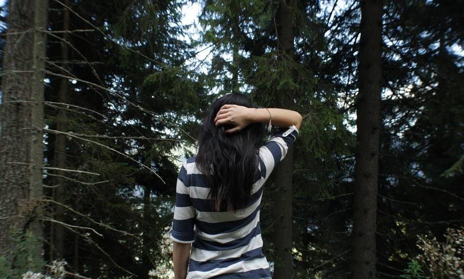 As vantagens de abraçar uma árvore incluem a melhoria da saúde mental, tratamento da hiperatividade, aumento dos níveis de concentração e tempos de reação, tratamento de depressão e dores de cabeça.