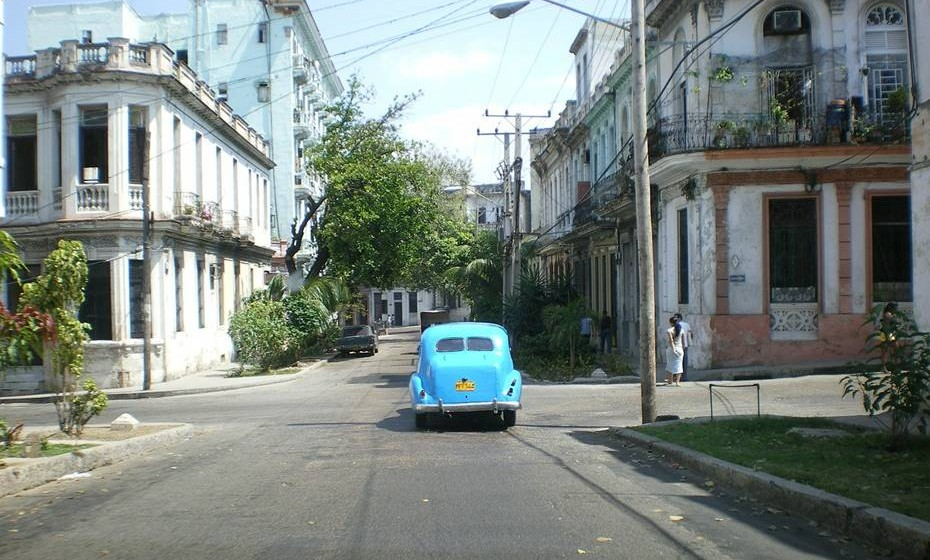 Havana, Cuba- Se procura um pouco de sensualidade para a sua próxima conquista a solo, então não há sítio melhor (e mais convidativo!) que Havana. A segurança dos visitantes, particularmente daqueles que viajam sozinhos, é levada extremamente a sério, o que significa que vai encontrar muitos polícias poliglotas nos bairros mais concorridos, muitos com dicas úteis na ponta da língua como sugestões de sítios para jantar ou tomar uns copos. Delicia-se com croquetes fritos a escaldar, servidos por vendedores de rua displicentes, e aproveite para fotografar os carros americanos vintage e os edifícios coloniais – a apodrecer sim, mas estranhamente cheios de vida e para terminar o dia, calce uns sapatos confortáveis, pegue numa garrafa de vinho e vá até à marina dançar até não aguentar mais.