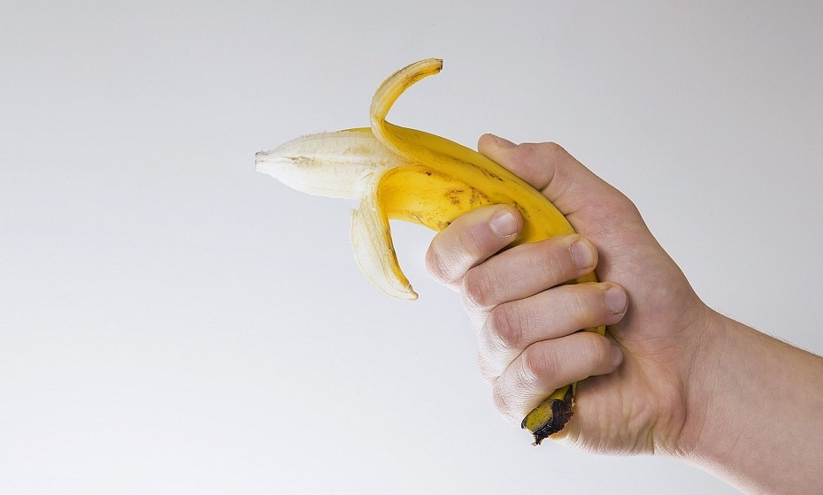 Use a casca de banana para limpar os objetos de prata. Misture as cascas com um pouco de água e faça uma pasta para polir.