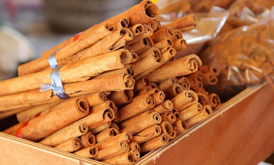 A canela é tradicionalmente utilizada para tratar enjoos matinais e diarreia.
