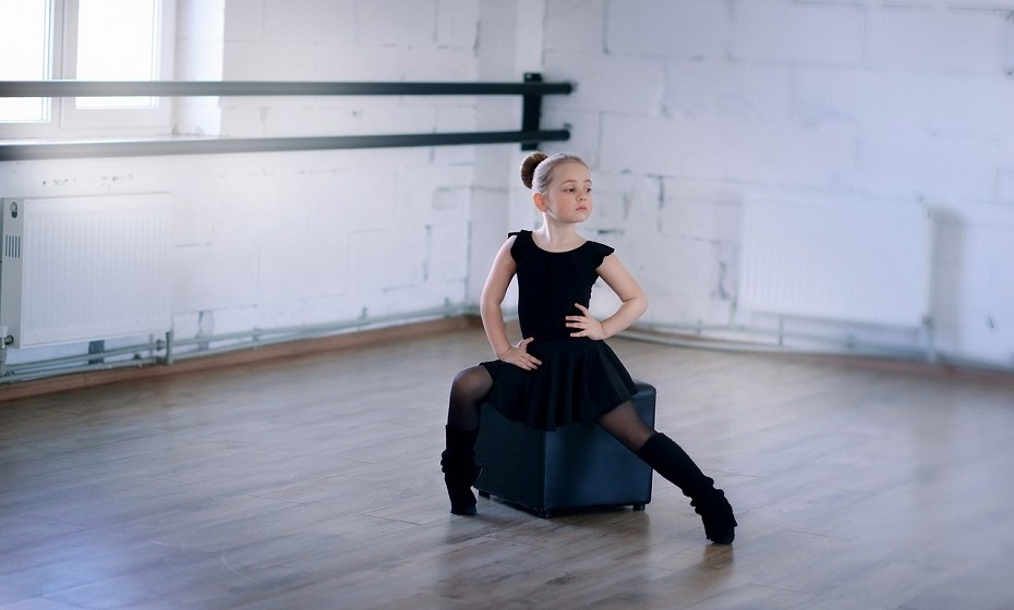 Movimente-se. Participe em aulas de yoga ou de dança (aquilo de que mais gostar) e mexa-se sem vergonha. Não viva preocupada com aquilo que os outros vão pensar de si com base nos movimentos que faz.