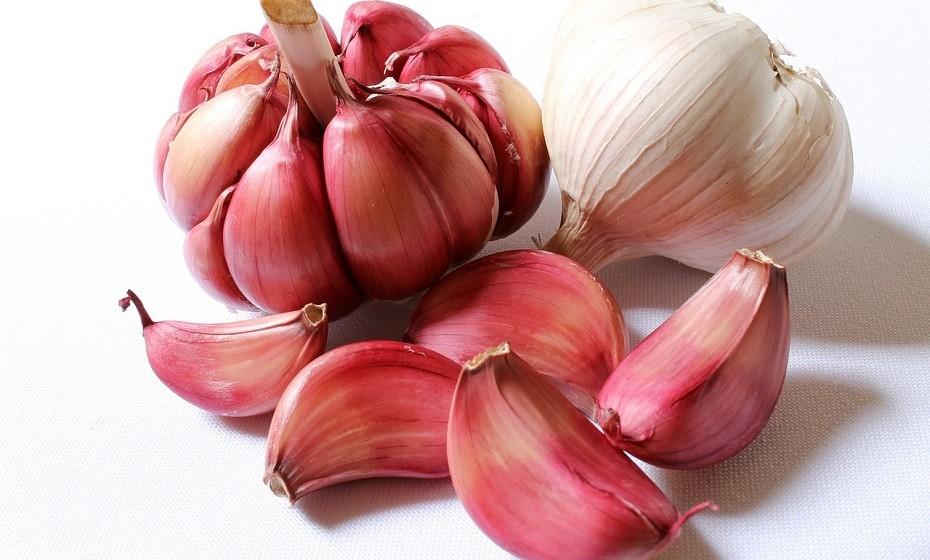 O alho é conhecido como um remédio caseiro para a impotência sexual. O alho ajuda a aumentar a circulação sanguínea, o que ajuda a melhorar a irrigação de sangue no pénis.