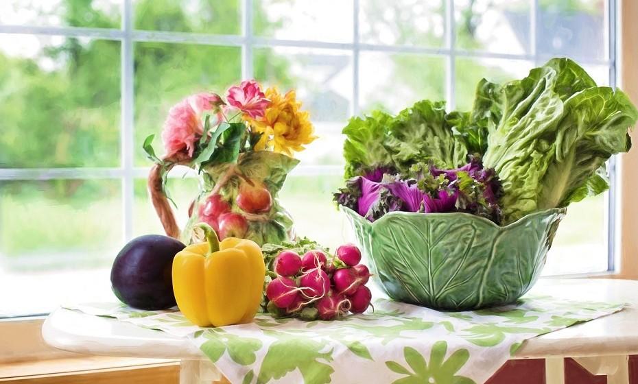 Ter alimentos não saudáveis na dispensa vai aumentar a fome e o desejo. Evite tê-los em casa ou evite que sejam facilmente visíveis. Mantenha os alimentos saudáveis em destaque nas prateleiras ou no frigorífico.