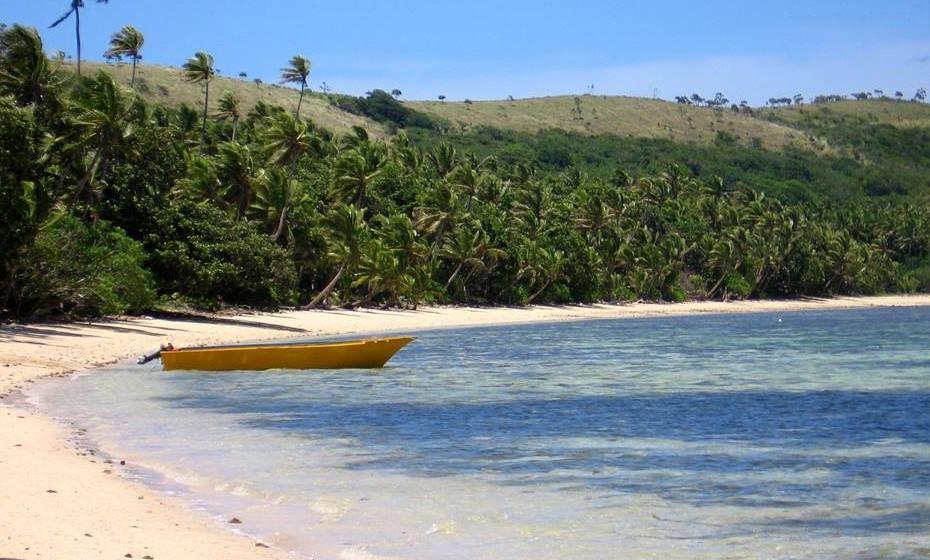 Fiji- Não há como negar: a beleza de Fiji é um murro no estômago. Apesar de muitos casais procurarem a costa cristalina e as praias ladeadas de palmeiras para umas férias cheias de romance, o facto de existirem 322 ilhas permitir-lhe-á escapar aos pombinhos e encontrar um ninho paradisíaco só para si. Quando estiver farto de secar ao sol, explore os encantos mais rústicos de Fiji. A apenas meia-hora de carro da capital, Suva, a floresta tropical de Colo-i-Suva oferece os trilhos mais deslumbrantes de Fiji, sempre acompanhados pela banda sonora da melodiosa vida aviária da ilha. Se prefere a vida selvagem na sua versão aquática, os peixes exóticos e os serenos recifes de coral que respiram sob as águas turquesas de Fiji vão impressionar até os mergulhadores mais veteranos.