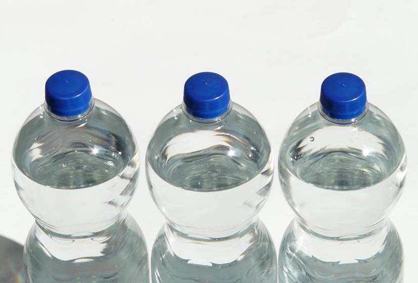 """Alcalinizar o pH do seu organismo - A água alcalina ajuda a equilibrar o pH do corpo. Nascemos alcalinos e com o decorrer dos anos vamos nos acidificando. A nossa alimentação maioritariamente ácida, o stress e a constante exposição a toxinas, como aquelas que provêm da poluição atmosférica, são os principais responsáveis por este processo. Alcalinizando o pH do seu organismo de ácido para alcalino estamos a prevenir o aparecimento de diversas patologias, tais como o cancro. O estado alcalino é o estado """"normal"""" de pessoas saudáveis."""