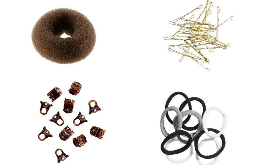 Existem acessórios essenciais para fazer um penteado e estes são alguns: um donut para fazer o famoso 'messy bun', elásticos para fazer um rabo-de-cavalo e ganchos de cabelo. Na imagem, H&M.