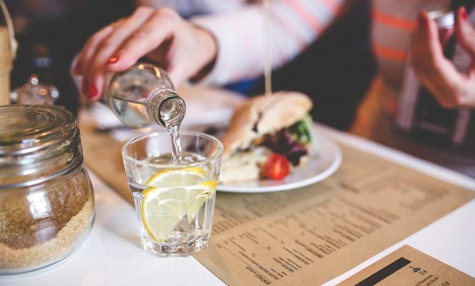 Beba água antes das refeições e durante as refeições prefira água mineral a sumos.