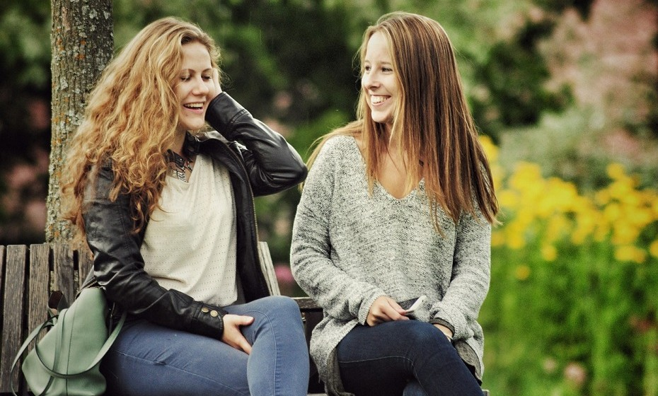 Prefira ter amigos verdadeiros ao invés de uma ampla rede de contactos. As boas amizades oferecem um retorno bem melhor. Faça amizades no trabalho, na escola, no ginásio, etc. Será mais feliz e terá mais qualidade de vida.