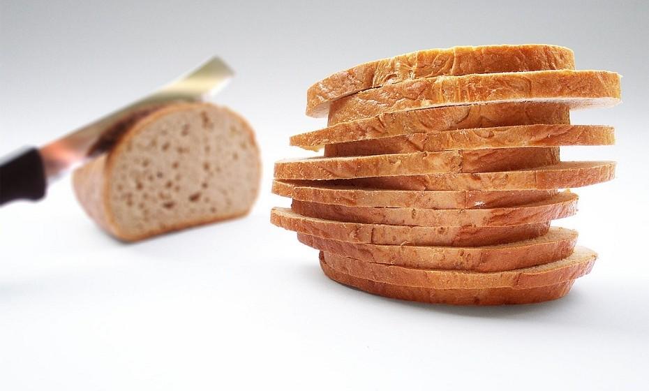 O pão de forma é ótimo para a remoção de pó em quadros pintados a óleo, sem correr o risco de manchar o quadro ou arranhá-lo devido à sua textura suave e areada.