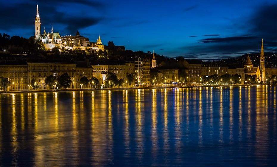 Budapeste, na Hungria, é um dos países obrigatórios na Europa. Budapeste está repleta de edifícios neoclássicos e ecléticos. Budapeste tem muito para oferecer: desde as cicatrizes da sua história e da guerra, a uma abundância de fontes termais e minerais.