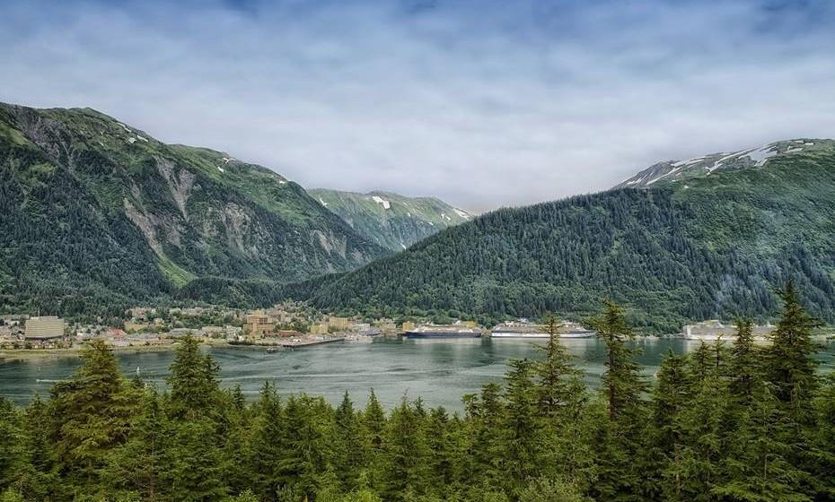 Juneau, Alasca- Nenhum homem é uma ilha, mas no Alasca, o ditado faz pensar duas vezes. Dos dois milhões de viajantes que visitam todos os anos, 20% viajam sozinhos, ansiosos por desligar do caos do resto do mundo e contemplar o abismo dos glaciares dramáticos, passear pelos parques nacionais que são até 1,5 vezes o tamanho da Suíça ou simplesmente descontrair com os ursos pardos. A natureza aqui acontece à séria, por isso, quando se aventurar na doce mas sonolenta capital Juneau, é melhor estar pronto para brincar aos exploradores. Se conseguir atravessar o gelo, tente uma saída para pescar no Tracy Arm Fjord. Depois, viaje noutro barco para passar o Inside Passage e contemple a beleza das verdadeiras rainhas deste mundo aquático – as orcas.