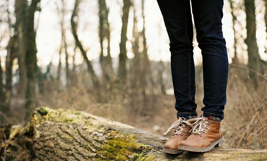 """Uma investigação que analisou a relação entre espaços verdes e a saúde mental concluiu que """"o acesso à natureza pode contribuir significativamente para o nosso capital mental e bem-estar"""". Até agora, acreditava-se que apenas os grandes espaços abertos tinham este efeito. No entanto, Matthew Siverstone demonstrou que são as propriedades vibracionais de plantas e árvores que trazem benefícios para a saúde e não apenas os espaços ao ar livre. Segundo este estudo, não é preciso tocar numa árvore para ser mais saudável, basta estar perto delas para um efeito positivo."""