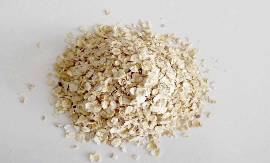 A aveia é uma importante fonte de fibras solúveis e insolúveis. O farelo de aveia também tem a capacidade de reduzir o colesterol.