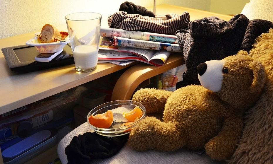 Dormir num quarto com pilhas de roupa de um lado, pilhas de material de trabalho do outro e, ainda, brinquedos das crianças espalhados pelo chão é stressante. Não é muito romântico olhar em redor e ver um monte de roupa suja no chão.