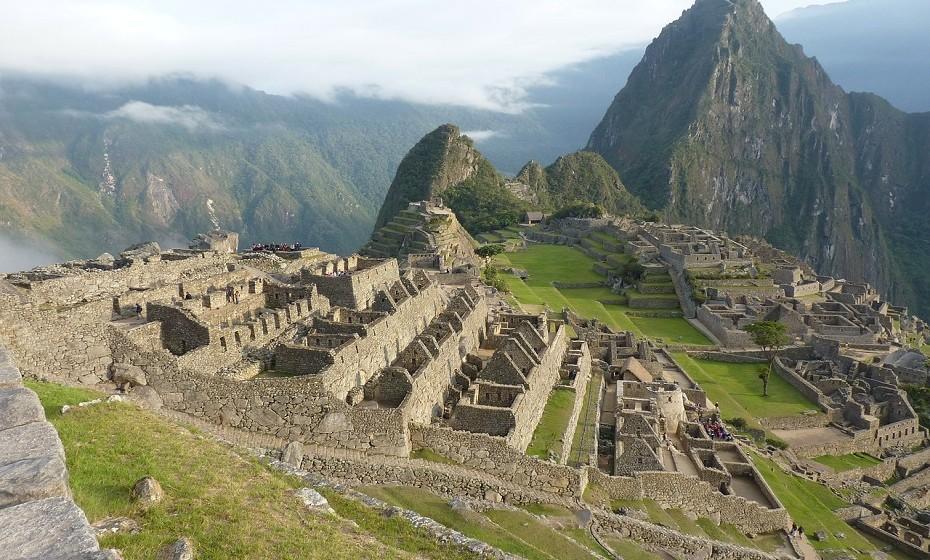 Machu Picchu é um local antigo que remonta o século XV e fica no topo de uma montanha, acima do Vale Sagrado. Oferece um olhar fantástico para a história Inca e uma vista ainda mais fabulosa sobre o cenário geral.