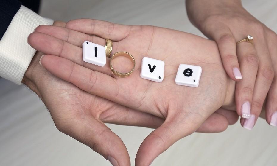 Não tem medo de falar sobre o futuro e gosta de inclui-la no seu projeto de vida. Não se importa de ter conversas sobre a compra de uma casa, de um carro ou de um possível casamento.