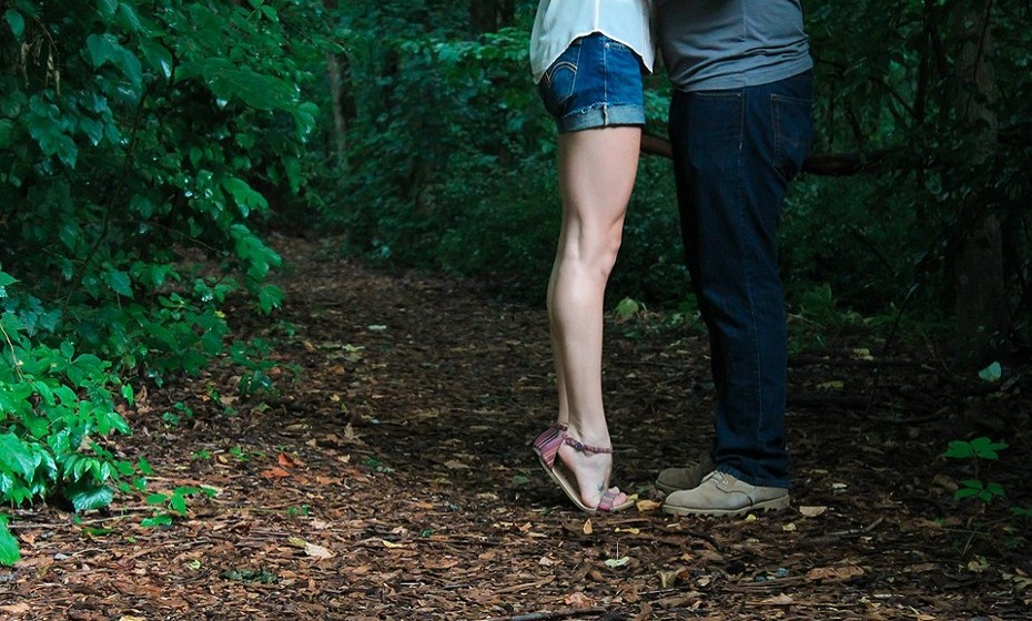Eleve os pés quando está em posição de descanso e, assim, aumenta a circulação do sangue nas pernas e reduz o risco de ter varizes no futuro.