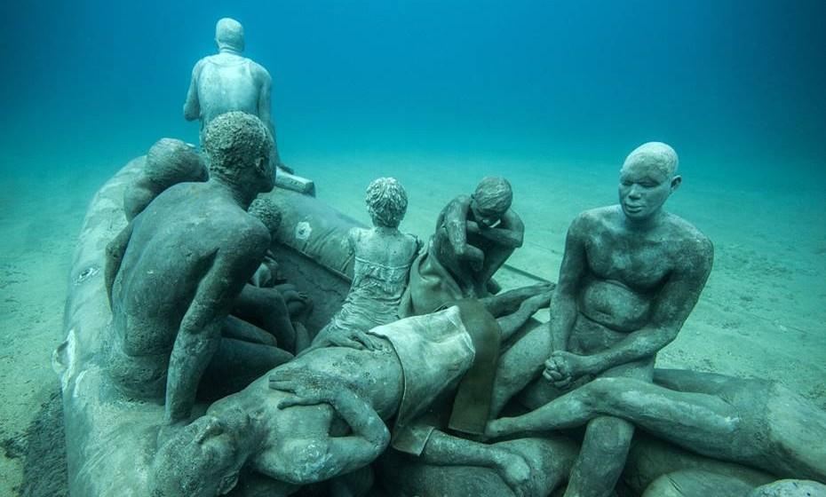 A instalação, localizada ao largo da ilha de Lanzarote, inclui 400 esculturas localizadas a 15 metros de profundidade, que poderão ser vistas através de barcos com fundo de vidro ou a passear entre elas com a ajuda de um mergulhador-guia.