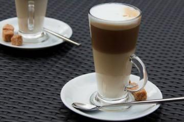 Bebidas vendidas em redes de cafeteria com 'quantidades alarmantes de açúcar'