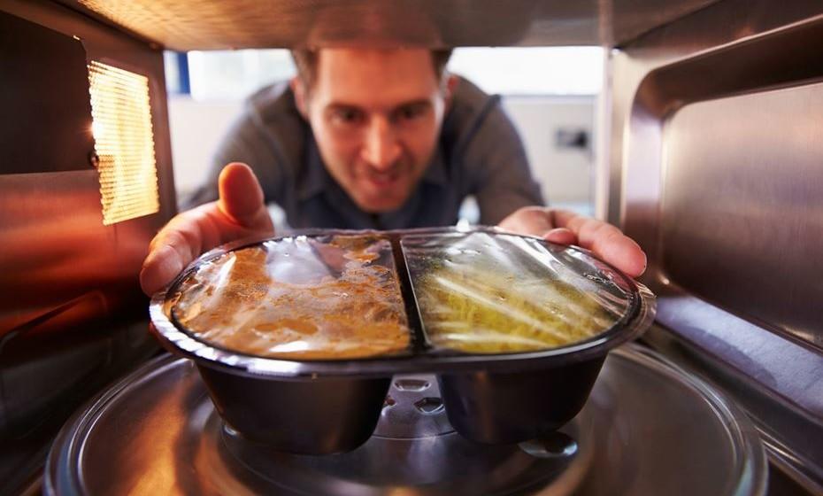 Reaquecer comida é um hábito frequentemente praticado quando existem sobras das refeições. É muito comum utilizar o microondas para o fazer, mas a verdade é que nem todos os alimentos podem ser reaquecidos, pois pode correr o risco de causar danos à sua saúde.
