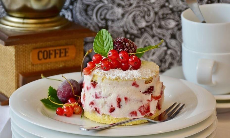 Premeie-se: Acredite que, quanto menos açúcar ingerir, menos terá vontade de o fazer. No entanto, permita-se a esse prazer de vez em quando, se for essa a sua vontade. Defina que pode comer sobremesa uma vez por semana ou quando come num restaurante, por exemplo. A ideia é reduzir os açúcares desnecessários da sua dieta para consumir a dose permitida de açúcar de forma inteligente, informada e equilibrada.