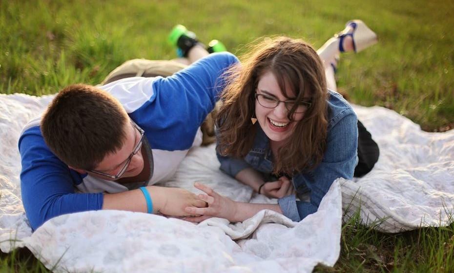 Riem juntos: O humor é a chave para ultrapassar a maior parte dos desafios que a vida nos traz. Assim, também nas relações é importante rir muito juntos. Seja no decorrer de uma piada ou simplesmente enquanto fazem uma atividade juntos.