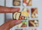 Stéphanie Kilgast estudou arquitetura mas trocou os grandes edifícios pelas miniaturas. A escultora francesa centra-se no equilíbrio de cores e detalhes de cada peça e tem preferência por recriar, numa escala bastante reduzida, frutas e vegetais.