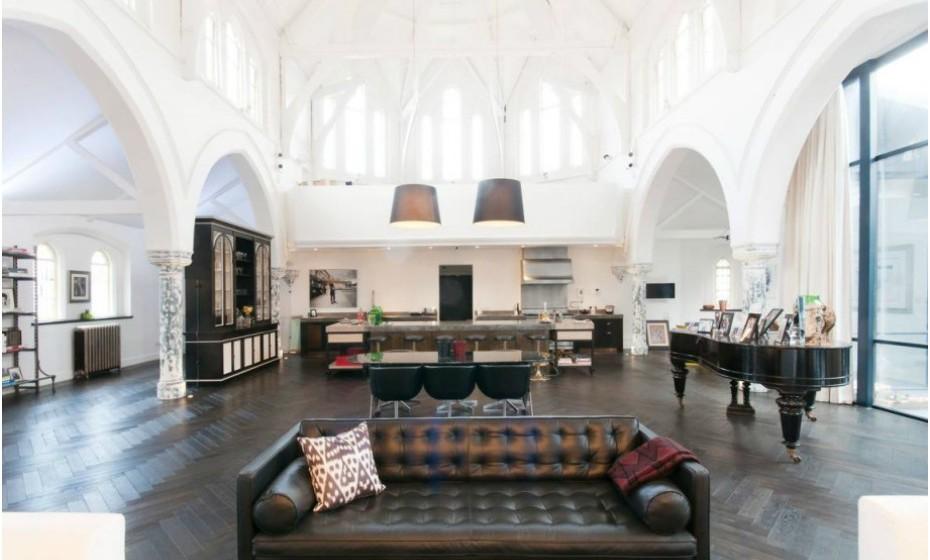 Localizada no bairro de Kenmont, em Londres, uma igreja foi transformada numa casa luxuosa. Esta residência de luxo apresenta a combinação da parte histórica da igreja com elementos decorativos modernos. Encontra-se atualmente à venda por mais de 12 milhões de euros. A divulgação foi feita pelo site 'Foxtons'.