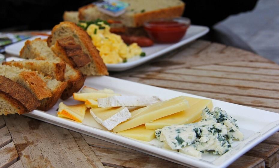 O teor de gordura do queijo é altamente variável, dependendo do tipo de queijo. A sua gordura é altamente complexa, pois contém centenas de ácidos gordos diferentes. É muito rico em gordura saturada (70%), mas também fornece uma boa quantidade de gordura monoinsaturada.