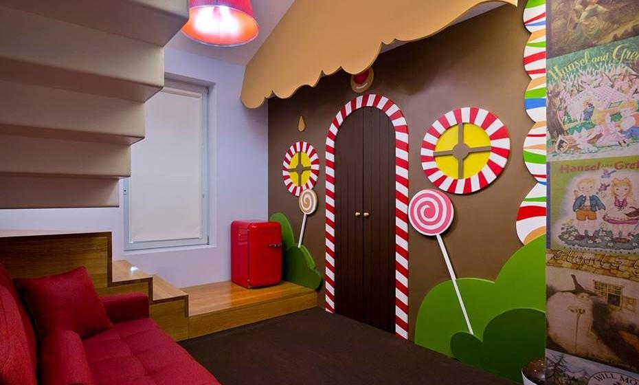 Fábrica do Chocolate (Viana do Castelo, Portugal) - É um hotel, mas também um restaurante e museu. Conta com 18 quartos temáticos (cinco dos quais são suites duplex), capazes de nos transportar para um universo especial… e achocolatado. Há um quarto dedicado a cada tipo de chocolate, mas também à marca portuguesa Regina, à famosa personagem do Willy Wonka e ainda ao conto alemão de Hansel and Gretel.