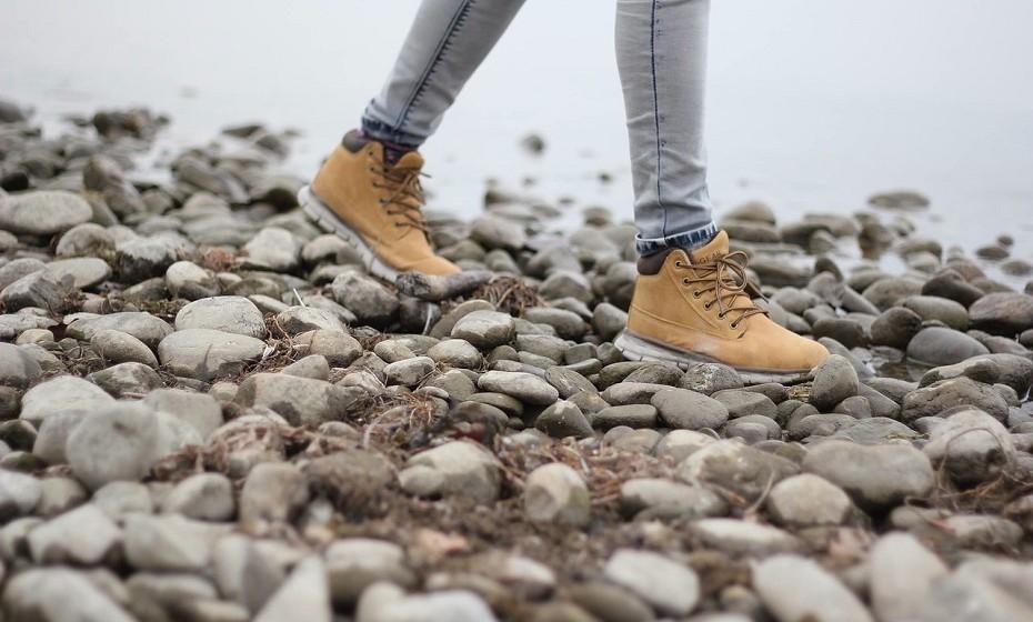 Bactérias. O seu calçado andou por mil e um lugares completamente repletos de bactérias e de sujidade.