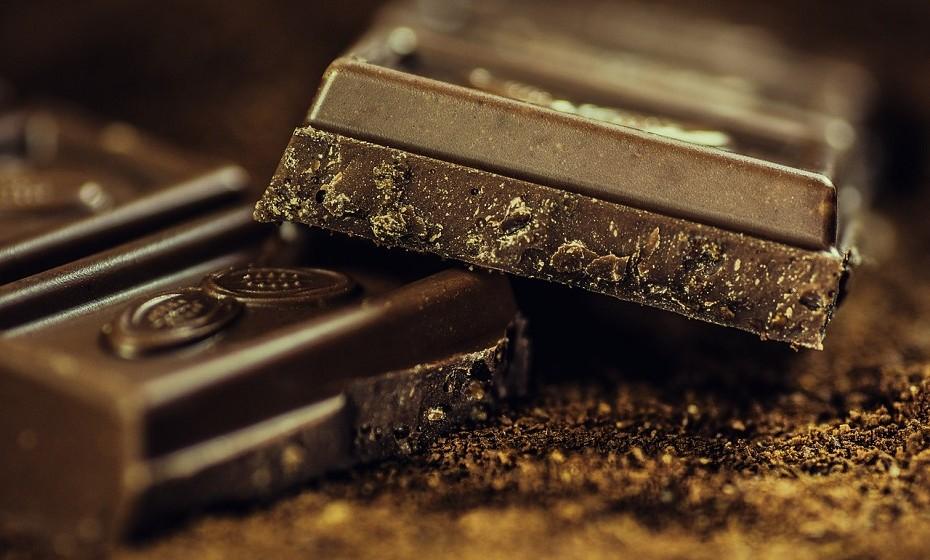 O chocolate negro é delicioso e está repleto de antioxidantes que podem reduzir a inflamação, reduzir o risco de doença e conduzir a um envelhecimento saudável. Os seus flavonoides são os responsáveis por este efeito.