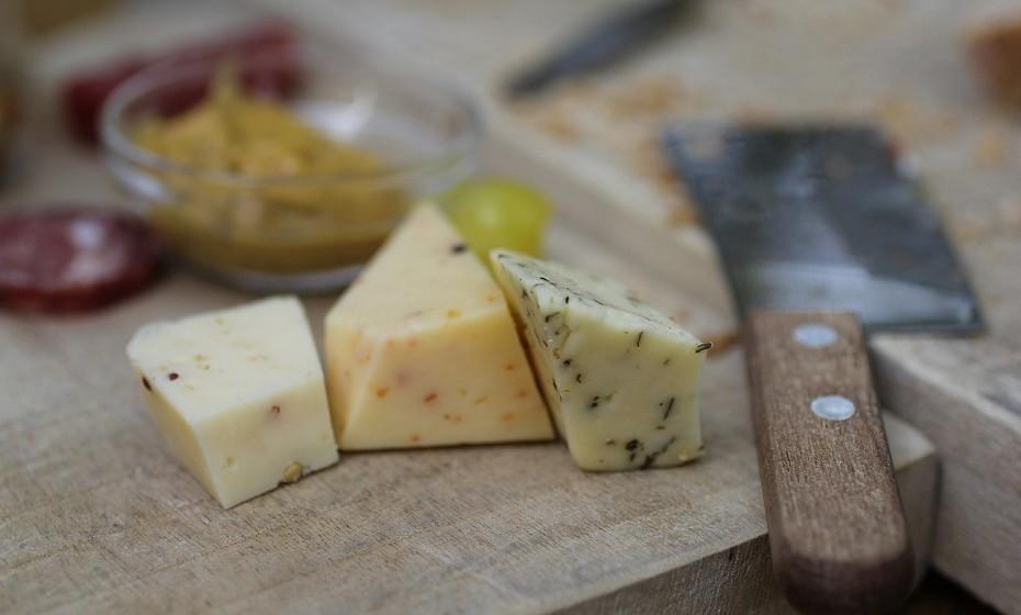 O queijo é uma excelente fonte de proteína de alta qualidade. Uma fatia grossa de queijo cheddar (28g) contém cerca de 6,7g de proteína, a quantidade semelhante contida num copo de leite.